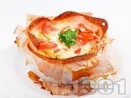 Рецепта Бързо предястие - гнездо от кори за баница пълнено с шунка, яйца, сирене и домати на фурна